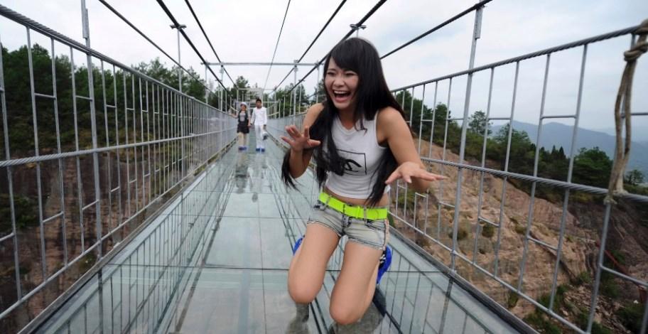 Jambatan Kaca Di China Retak, Pelancong Lari Selamatkan Diri