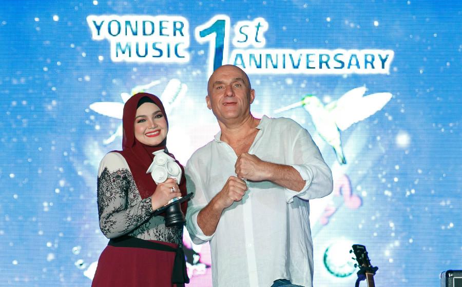 Sambut Ulangtahun Pertama, Yonder Music Anugerahkan Siti Nurhaliza Plak 'Hear Forever'