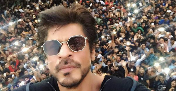 Ribuan Peminat Membanjiri Rumah Shah Rukh Khan Ketika Hari Lahirnya