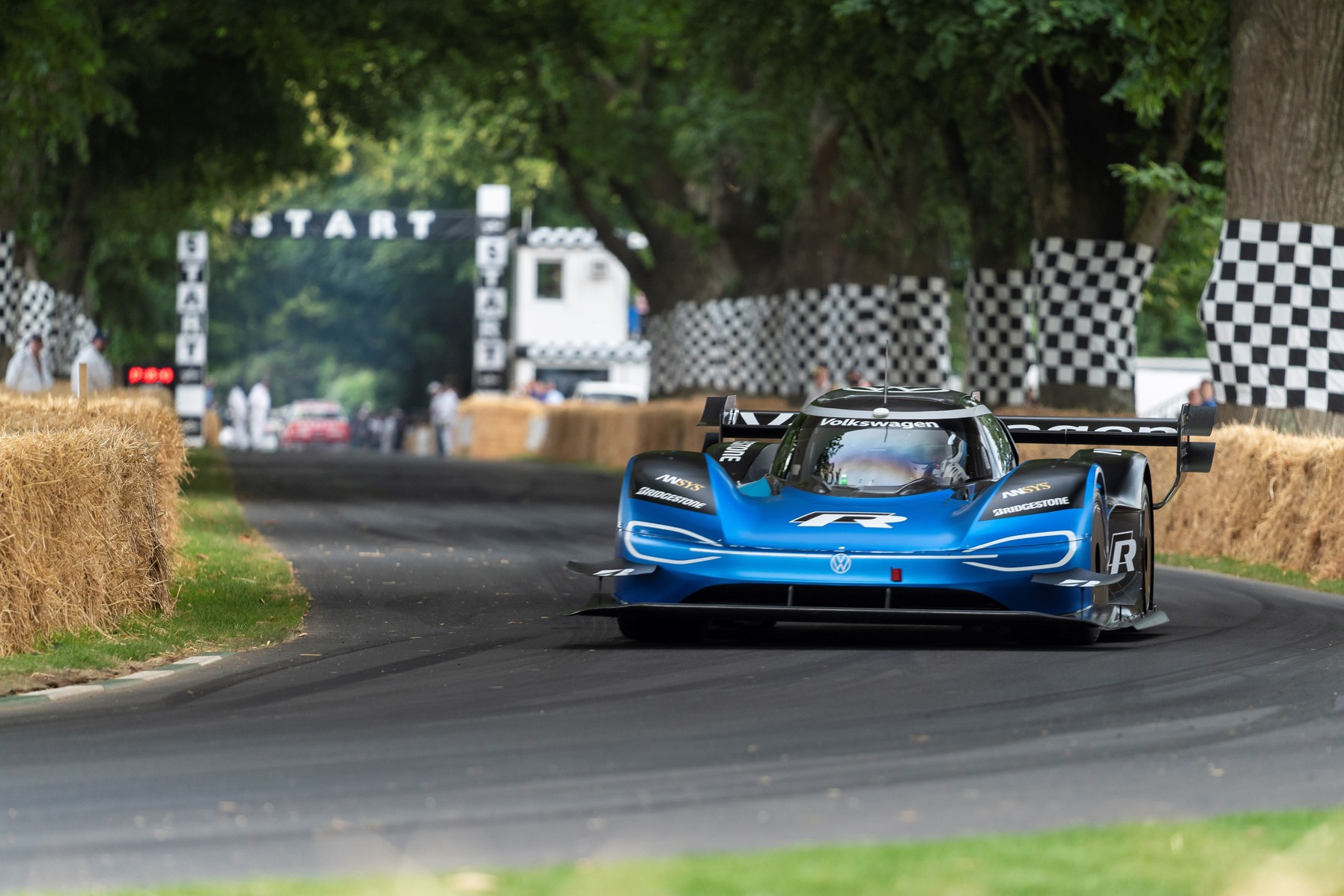 volkswagen id r whoops a formula one car to take the goodwood hill climb record