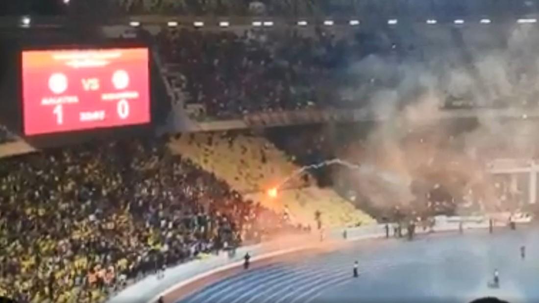 不满败给马来亚虎抱蛋而归,印尼球迷向我国球迷抛烟火!