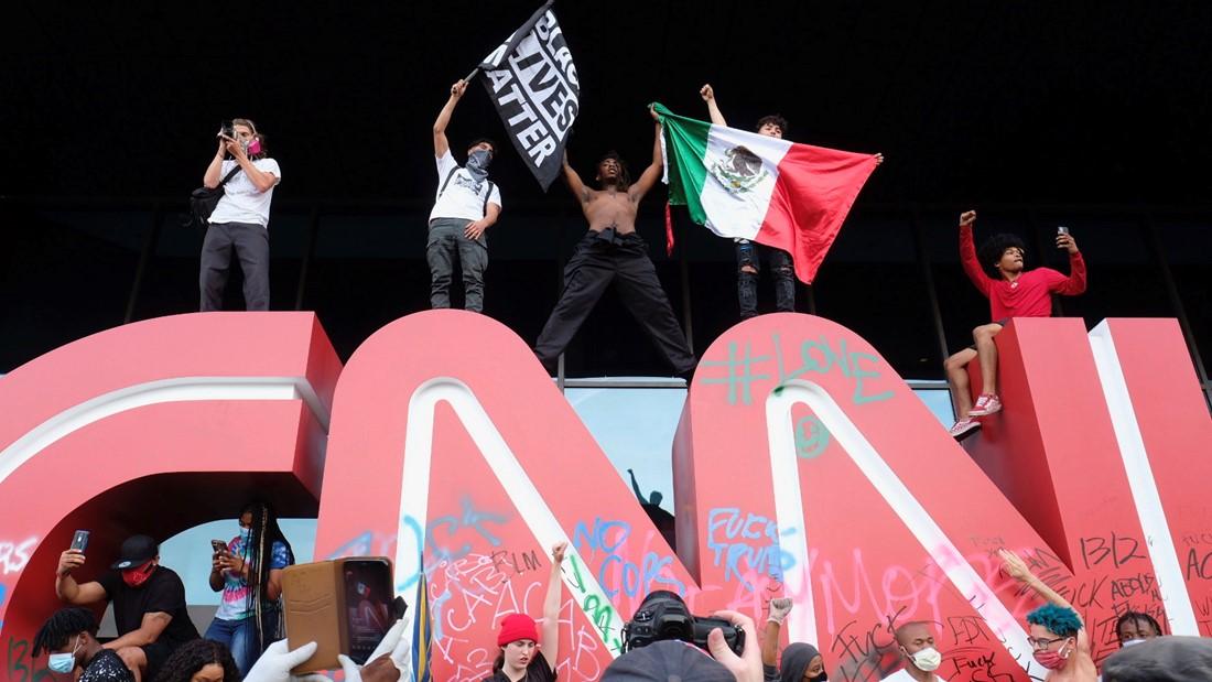 美国多地暴动 CNN总部遭殃 1名记者被警方射胡椒弹