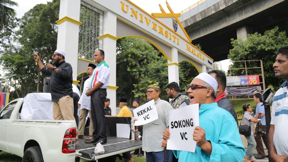 马来学生组织集会 声援马大校长!
