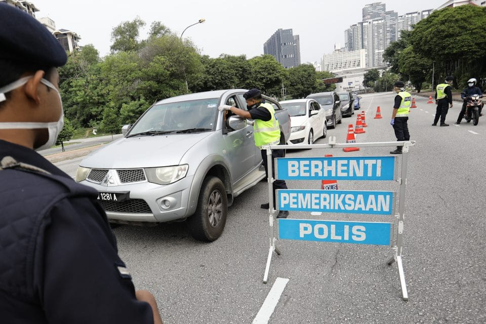 Poor abang polis.