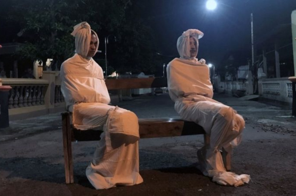 A Village In Indonesia 'Hired' Several 'Hantu Pocong' To Scare People Into Staying Home