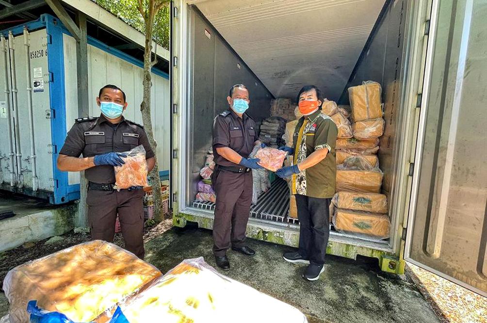 Govt Department Donates 1.5 Tonnes Of Confiscated Frozen Chicken To Zoo Negara