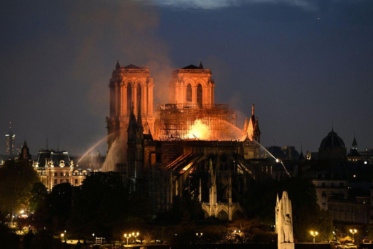 'We will rebuild Notre-Dame together'.