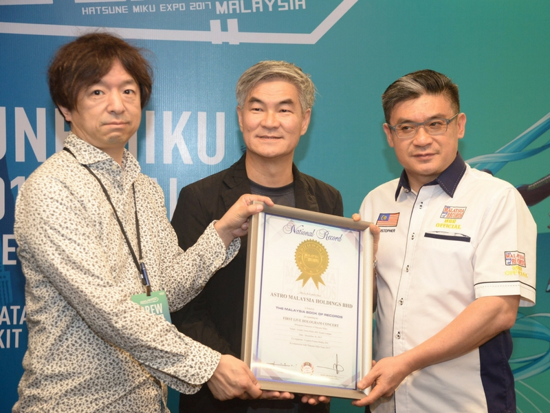 Mr. Hiroyuki Itoh dan Henry Tan bersama Mr. Christopher Wong, COO, The Malaysia Book of Records
