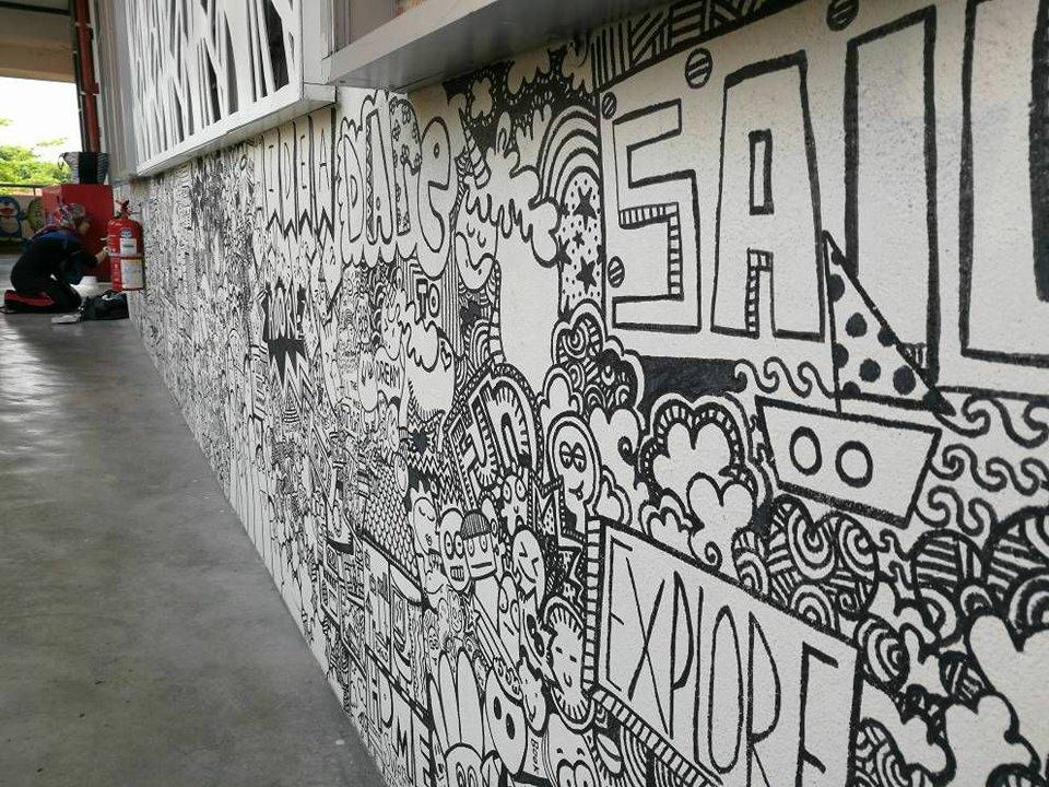 Dinding sekolah tular dengan hasil kerja Sarah.