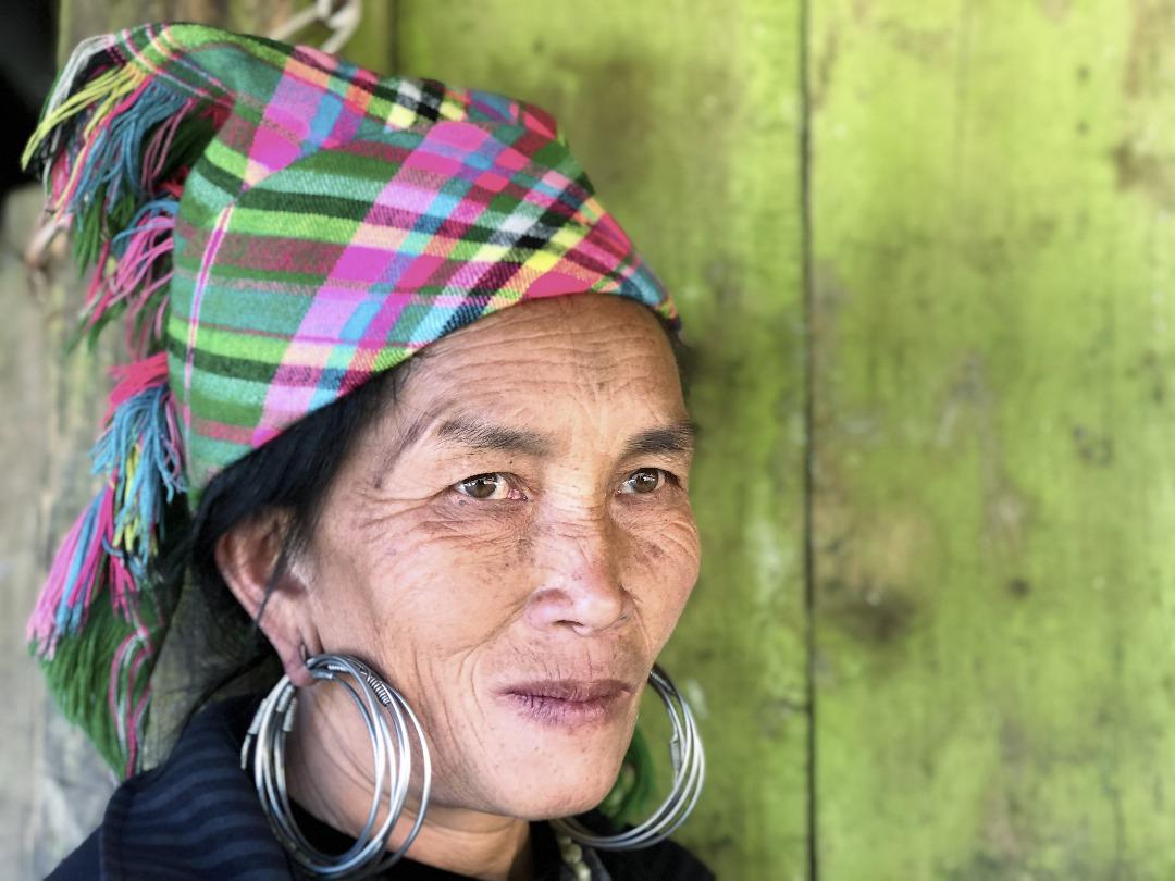 Wanita Hmong tenang menjalani kehidupan mereka.