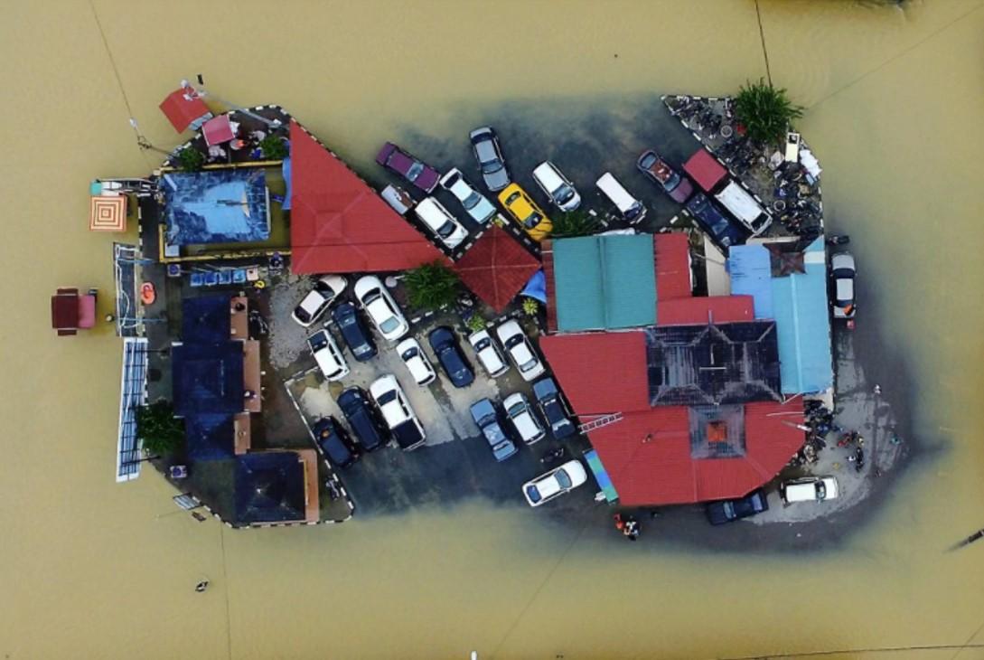 Gambar stesen bas lama pekan Rantau Panjang dilanda banjir.