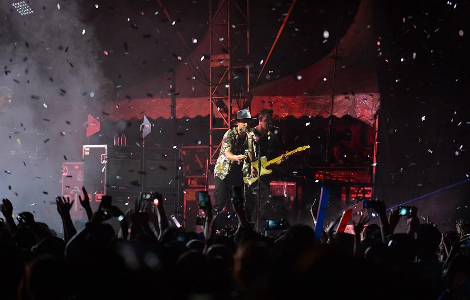 Vokal bertenaga Ryan Tedder.