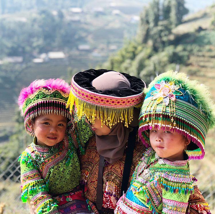 Berkesempatan mencuba pakaian tradisional etnik Hmong.