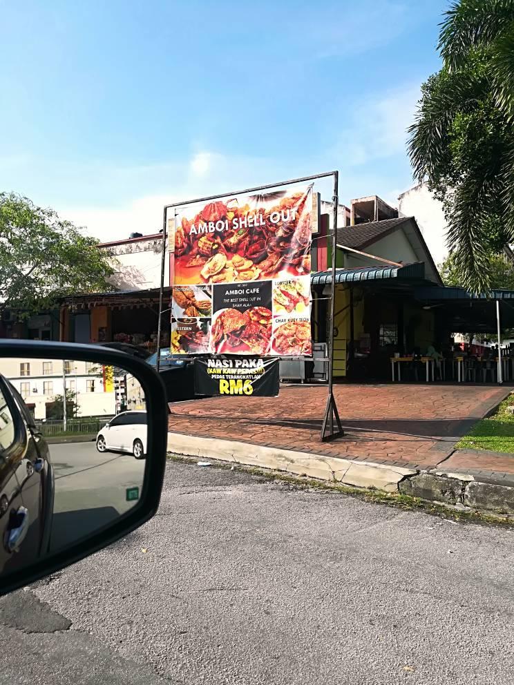Gerai Nasi Paka terletak di Amboi Kafe, Seksyen 7, Shah Alam.
