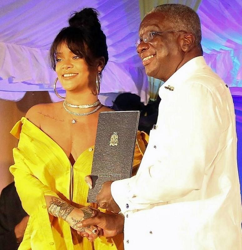 Rihanna bersama wakil Barbados untuk anugerah yang diterimanya tak lama dahulu.