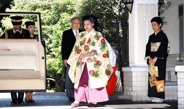 Kimono tradisional cantik.