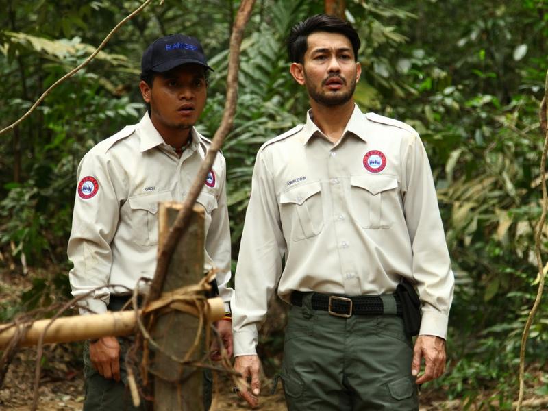 Farid Kamil dan Atu sebagai pegawai perhilitan hutan.