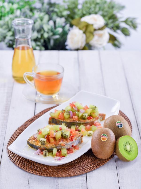 Masakan ikan dan buah kiwi.
