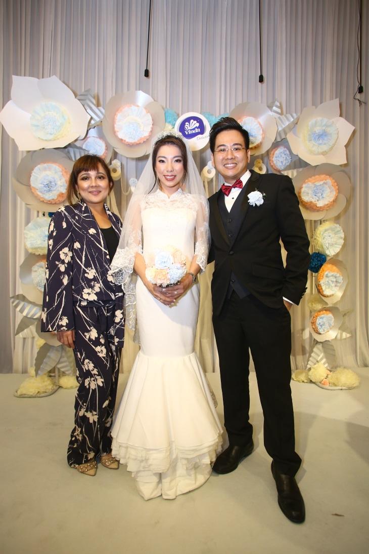 Nurita Harith, Anthony Wong dan Shervyn Chua dengan gaun yang dibuat menggunakan tisu.