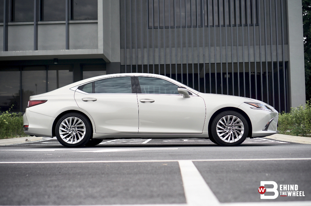 [REVIEW] The Lexus ES 250 Is The Car To Drive After A Hard Day At Work