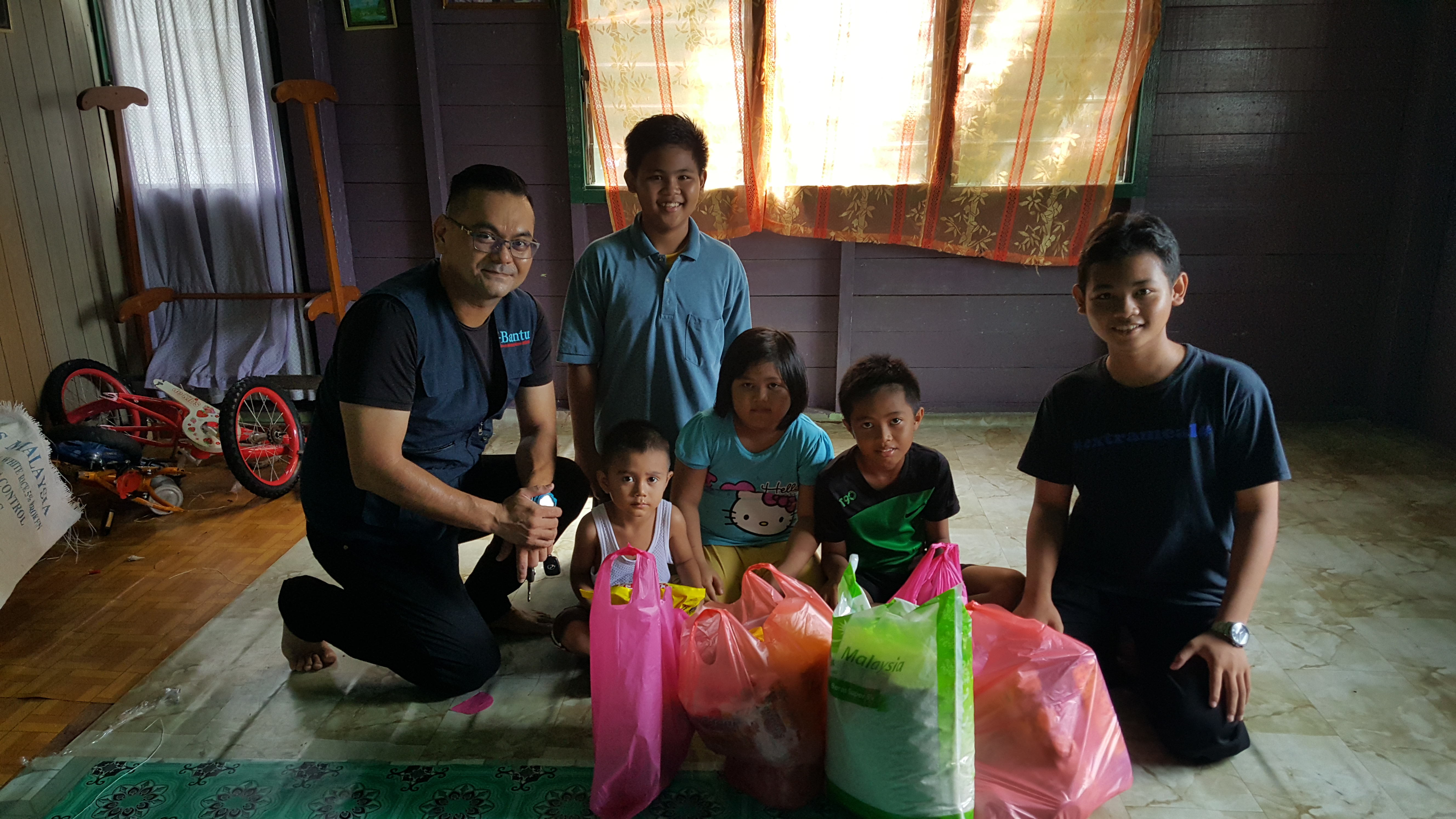 Extrameal responded at lightning speed when they heard about these five children who lost their father during Ramadhan month this year.