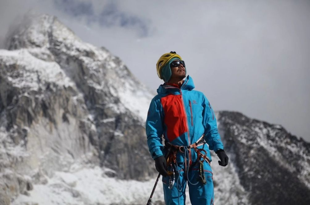 46-Year-Old Man From China Becomes The First Blind Person In Asia To Scale Mount Everest