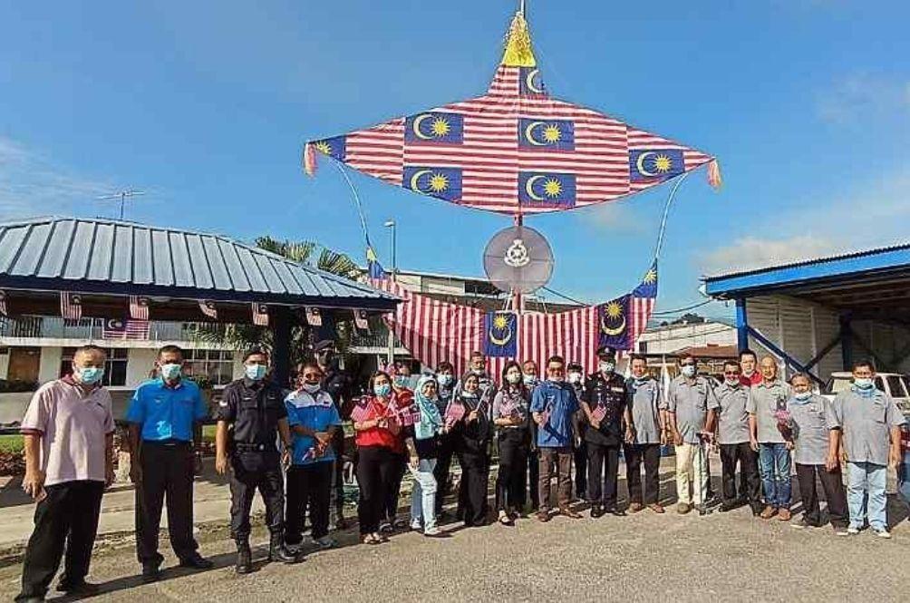 PolicemenUse Jalur Gemilang To Create Giant Wau Bulan For Merdeka