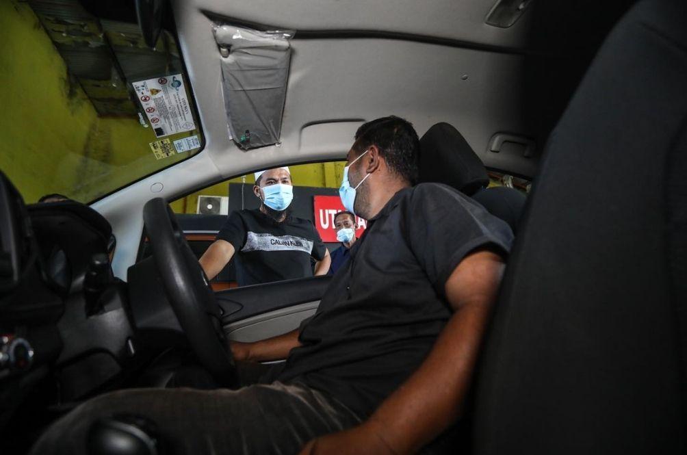 Ustaz Ebit Lew Sends Food To KLIA Taxi Drivers Struggling To Make Ends Meet