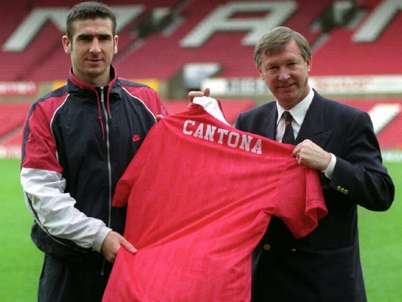 Ferguson bersama salah seorang pemain kebanggaan Manchester United, Eric Cantona.
