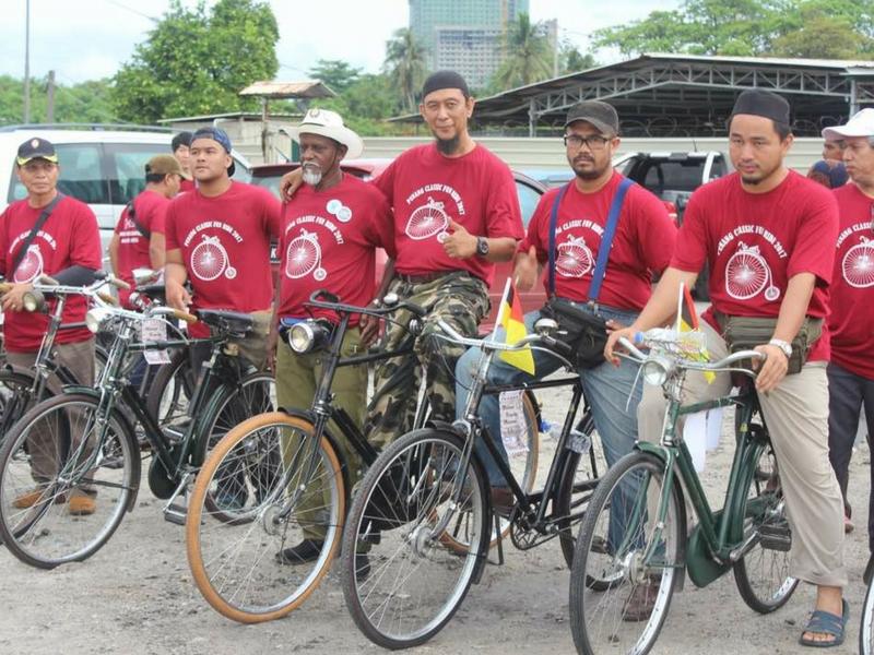 Gaya peserta bersama basikal klasik yang dimiliki mereka ketika menyertai Program Kayuhan Basikal Klasik Penang Sempoi 4.0 2017.