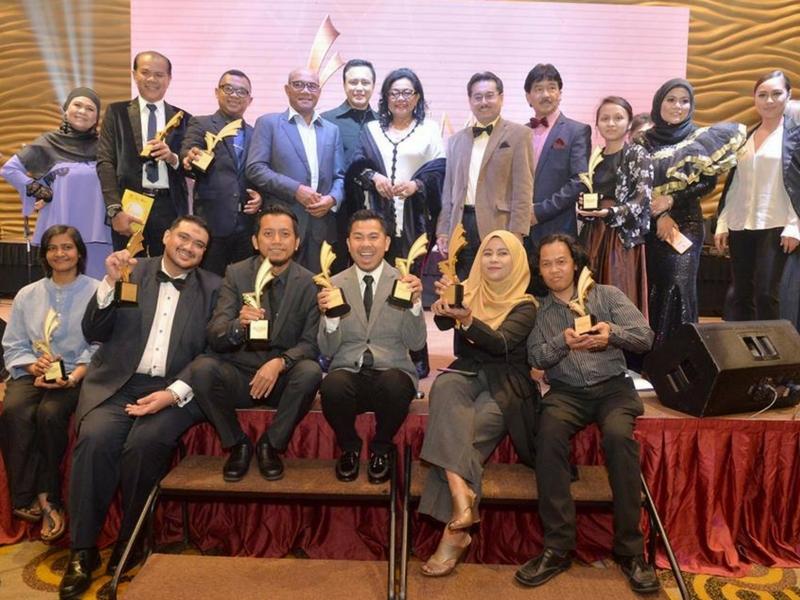 Pemenang-pemenang anugerah bergambar kenangan pada majlis Anugerah Kewartawanan Industri Filem Malaysia (AKIFMA 2017) yang berlangsung di Kuala Lumpur malam tadi.