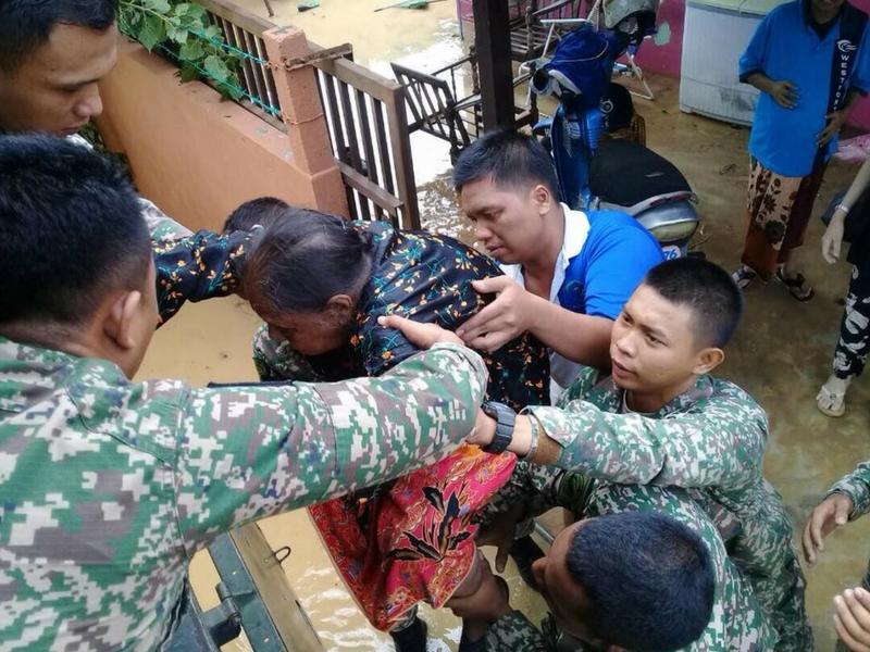 Angkatan Tentera Malaysia (ATM) turut sama membantu memindahkan mangsa banjir.