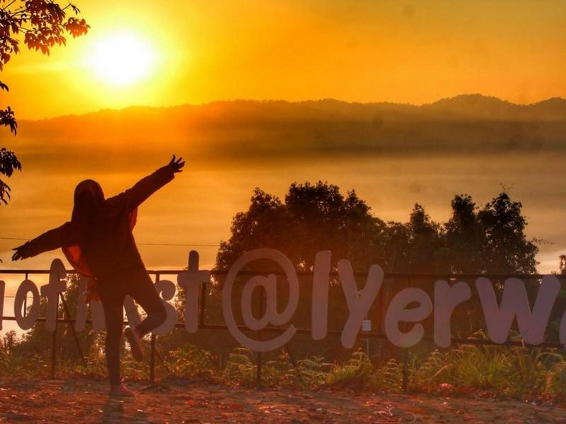 Menikmati keindahan panorama pada waktu pagi cukup mengujakan pengunjung di The Sea of Mist, Iyerweng, Betong, Thailand.