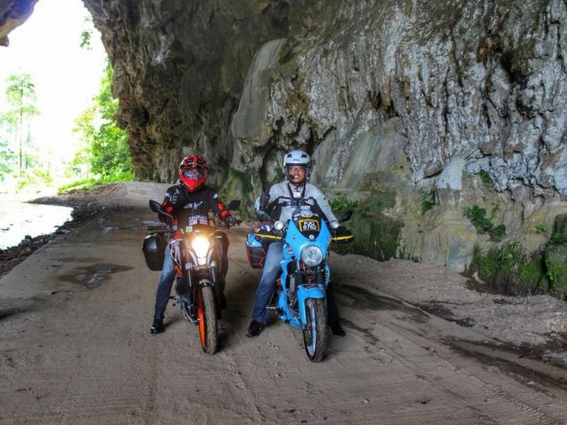 Pengunjung boleh memilih menunggang motosikal untuk ke puncak bukit Iyerweng menyaksikan permandangan berkabus.