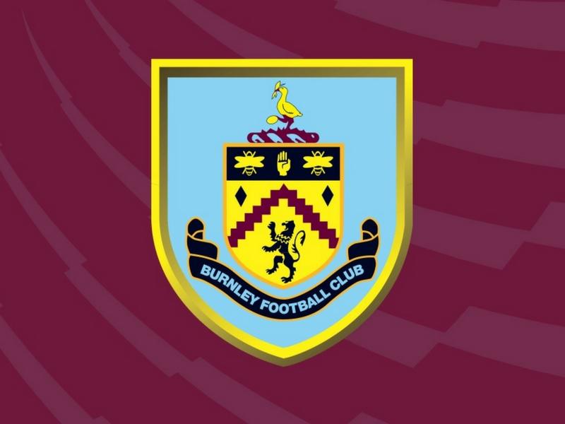 Pasukan Burnley menggunakan warna merah claret dan biru muda pada jersi utama mereka.