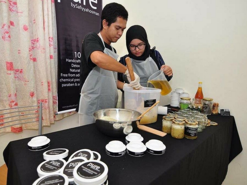 Pembuatan produk turut dibantu oleh suami Nur Safiyyah, Mohd Noradli Mohamad Yusop.