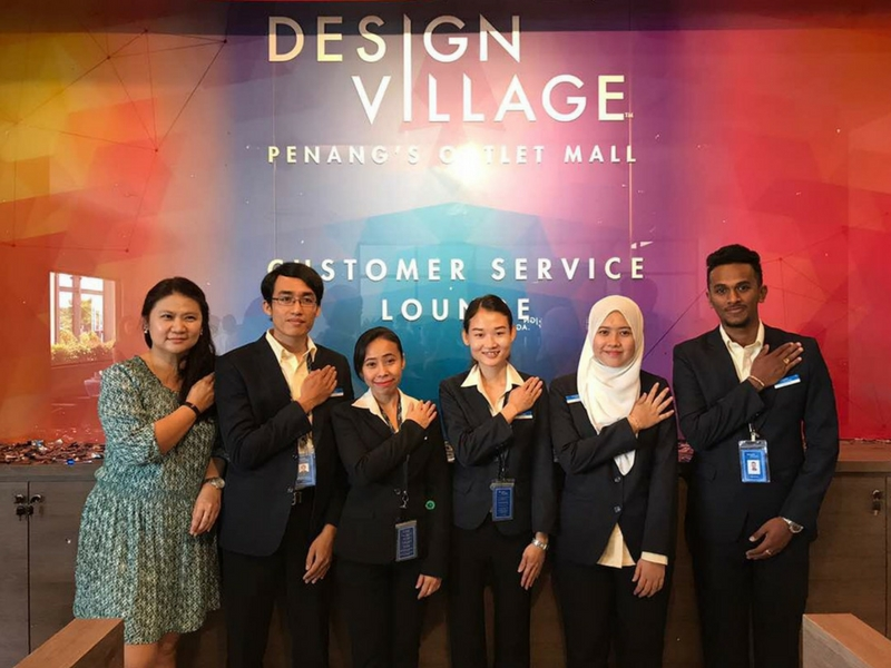 Layanan mesra kakitangan Design Village Outlet (DVO) menanti pengunjung.