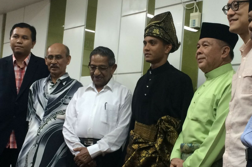 Faiz Subri Pakai Baju Melayu, Tengkolok Ke Anugerah Puskas FIFA 2016