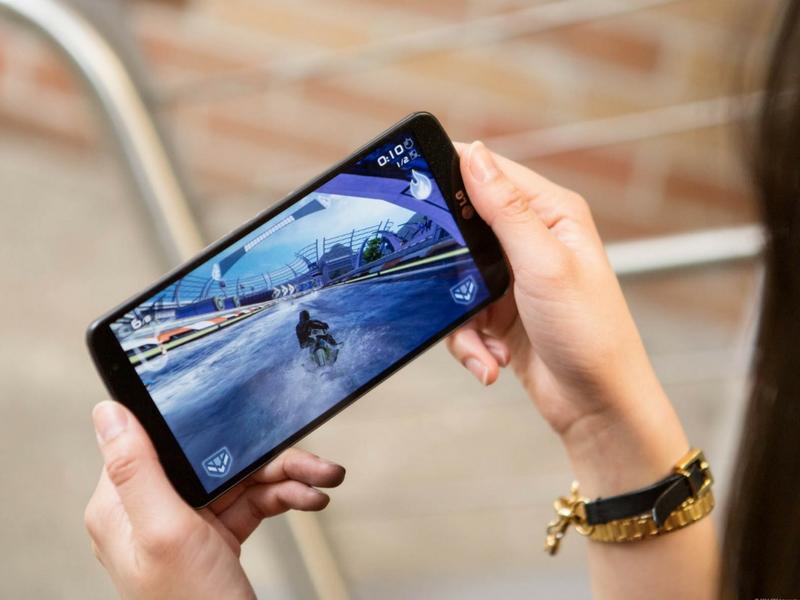 Penggunaan telefon pintar kini tidak hanya terhad untuk membuat panggilan dan menghantar mesej tetapi juga menjadi peranti mudah permainan video.