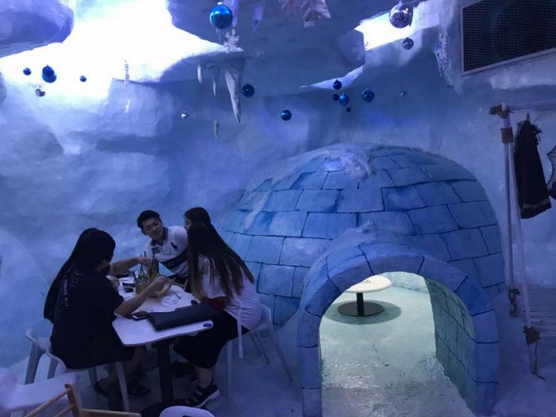 Pengunjung pasti teruja apabila makan dalam rumah iglo seperti berada di Kutub Utara.