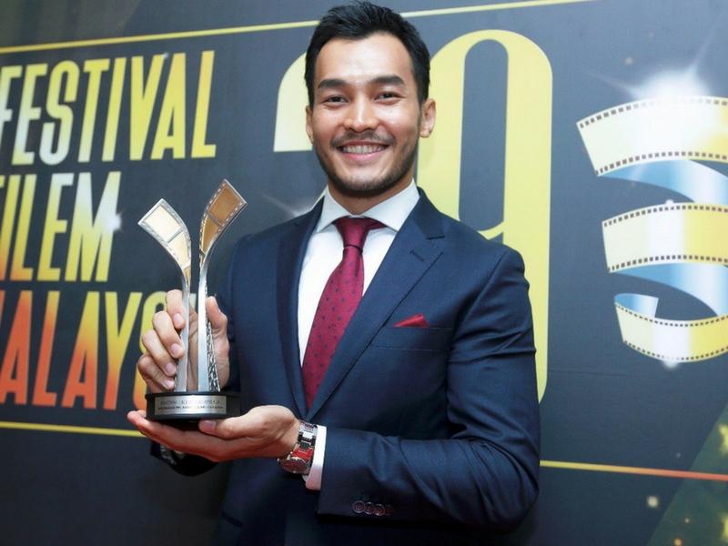 Aktor John Tan menang Anugerah Pelakon Lelaki Harapan pada FFM29 menerusi lakonan dalam filem 'You Mean The World To Me'.