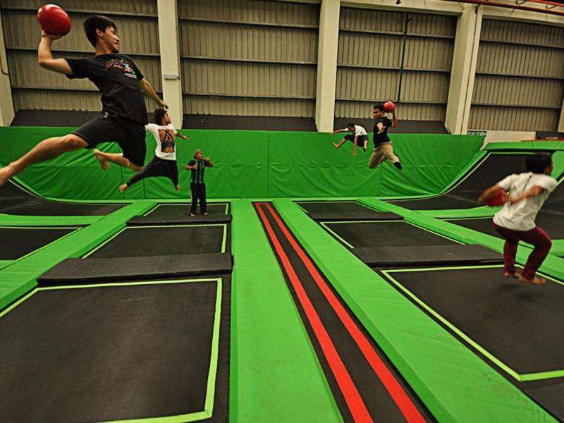 Mesti mengujakan apabila kali ini pengunjung melompat trampolin sambil memakai kostum hantu.