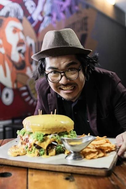 Pelanggan pasti puas dan kenyang 'gila' apabila menjamah burger T-rex.