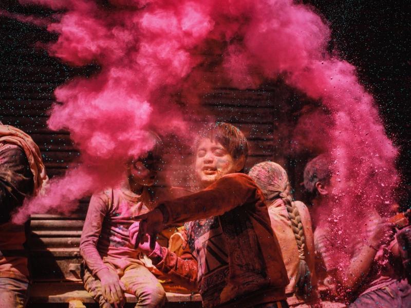 Contoh gambar yang diambil menggunakan kamera Sony A6000 ketika Festival Holi di Mathura, Uttar Pradesh, India.