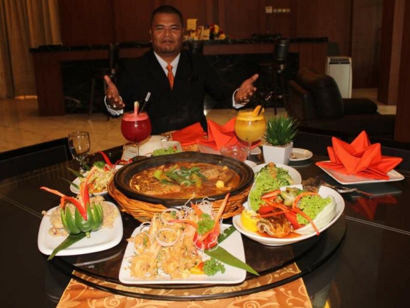 Pengurus Operasi Restoran dan Hotel PEN Mutiara, Azuddin Abd Rashid menunjukkan hidangan kari kepala ikan istimewa yang disediakan untuk pengunjung.
