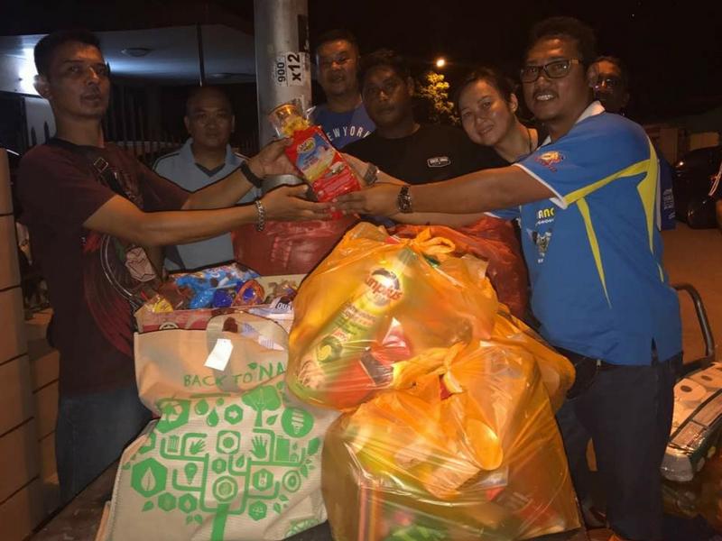Berapa wakil PSBC menyampaikan sumbangan barangan keperluan asas kepada wakil penduduk Padang Suria, Kampung Melayu Air Itam, Pulau Pinang yang dilanda banjir kilat.