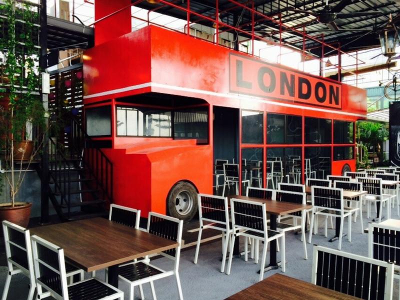 Replika bas bertingkat London antara tarikan pada pengunjung jika ke Le Gardenz Café, Seri Kembangan, Selangor.