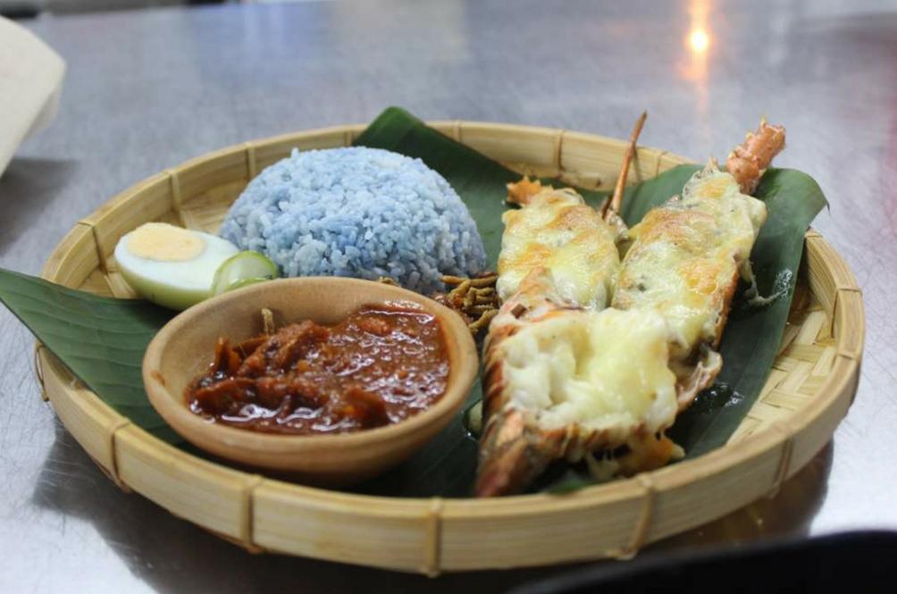 Pernah Cuba Nasi Lemak Lobster Keju Makaroni Gaya Kontena?