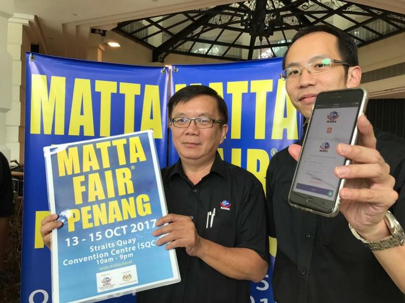 Nigel Wong (kanan) bersama Phua Tai Neng menunjukkan aplikasi khas dan poster Matta Fair ketika sidang media di Straits Quay, Georgetown, semalam.