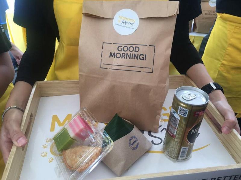 Pengunjung kedai Mesra Petronas boleh mendapatkan sarapan pagi seperti nasi lemak, kuih muih dan nescafe pada harga RM5.